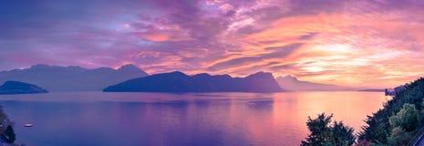 Coucher du soleil panoramique au-dessus des montagnes et du lac Lucern switzerland Weggis photographie stock