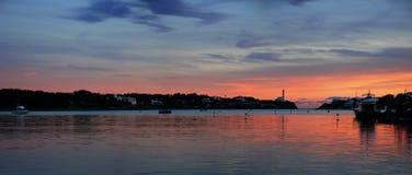 Coucher du soleil panoramique et phare photographie stock