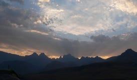 Coucher du soleil par des nuages au-dessus de Drakensberg Images stock