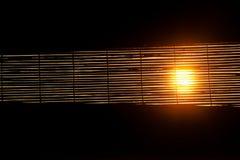 Coucher du soleil par des rideaux en fenêtre Image stock