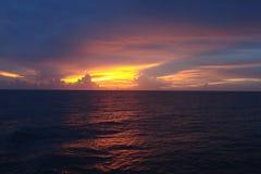 Coucher du soleil par l'océan Photographie stock