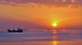 Coucher du soleil par la baie Images stock