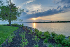 Coucher du soleil par la baie Photographie stock