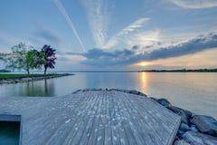 Coucher du soleil par la baie Photographie stock libre de droits