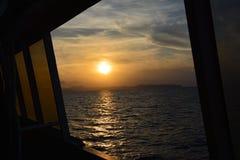 Coucher du soleil par la fenêtre images libres de droits