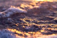 Coucher du soleil par la lueur d'or de mer Photographie stock