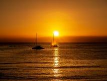 Coucher du soleil par la mer image stock