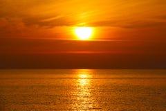 Coucher du soleil par la mer photos stock