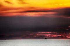 Coucher du soleil par la mer photographie stock libre de droits