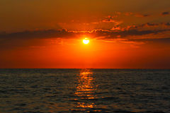 Coucher du soleil par la mer Photo stock
