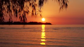Coucher du soleil par la mer en Gili Island banque de vidéos