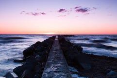 Coucher du soleil par la mer en Suède Photos stock