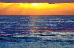 Coucher du soleil par la mer Méditerranée Photographie stock