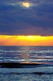 Coucher du soleil par la mer Méditerranée Photographie stock libre de droits