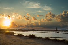 Coucher du soleil par la mer, Sicile Images libres de droits