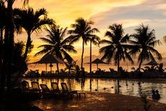 Coucher du soleil par la piscine Photos stock