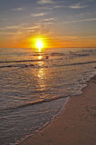 Coucher du soleil par la plage Images libres de droits