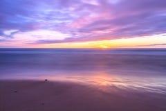 Coucher du soleil par la plage Photos stock