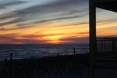 Coucher du soleil par la plage Photos libres de droits