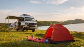 Coucher du soleil par le camping de cavaran de lac avec Photo libre de droits