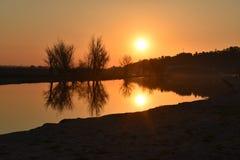 Coucher du soleil par le fleuve Photo stock