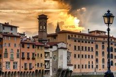 Coucher du soleil par le fleuve Arno à Florence photographie stock libre de droits
