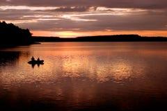 Coucher du soleil par le lac Image libre de droits
