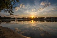 Coucher du soleil par le lac Igliskes Image stock