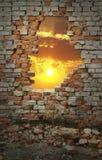 Coucher du soleil par le mur Photographie stock