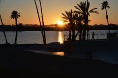 Coucher du soleil par le parc de patin en dehors de la ville de Lake Havasu, AZ photo stock