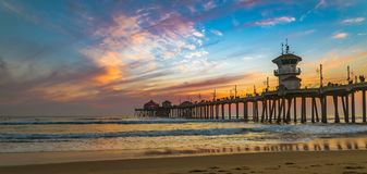 Coucher du soleil par le pilier de Huntington Beach en Californie photographie stock