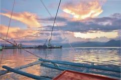 Coucher du soleil par le port de Puerto Princesa Image libre de droits