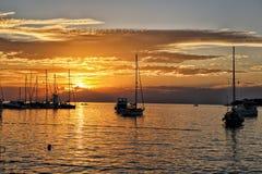 Coucher du soleil par le port de yacht photos libres de droits
