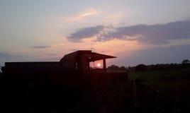 Coucher du soleil par le vieux camion Photographie stock
