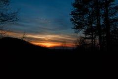 Coucher du soleil par les arbres photographie stock libre de droits