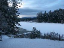 Coucher du soleil par un lac figé Images libres de droits