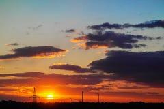 Coucher du soleil parmi les nuages sur un ciel bleu Image libre de droits