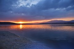 Coucher du soleil, paysage de lever de soleil, panorama Belle nature Ciel bleu, nuages colorés stupéfiants Fond naturel Papier pe images libres de droits