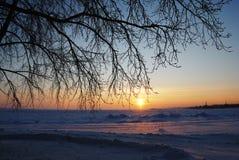 Coucher du soleil pendant l'hiver sur le lac Onega Images stock