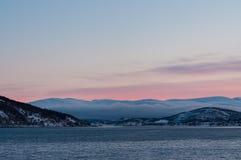 Coucher du soleil pendant la nuit polaire près du village de Kvaloya en Norvège Photos stock