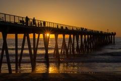 Coucher du soleil, pilier de plage de Hermosa Photographie stock