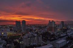 Coucher du soleil pittoresque au-dessus de Bangkok Photographie stock libre de droits