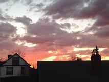 Coucher du soleil placé sur les toits de la PA de ferme Photos stock