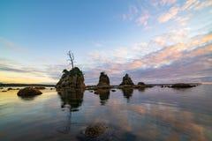 Coucher du soleil plus de trois formations de roche image libre de droits