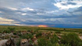 Coucher du soleil pluvieux sur les plaines Image stock