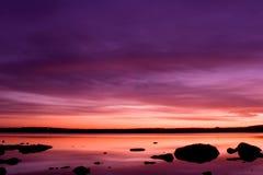 Coucher du soleil pourpré au-dessus de mer Photographie stock libre de droits