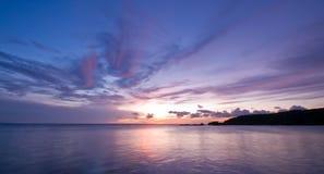 coucher du soleil pourpré bleu de mer Images libres de droits