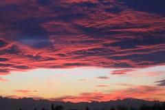 Coucher du soleil pourpre avec l'horizon de montagnes Photographie stock libre de droits