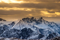 Coucher du soleil pourpre dans les Alpes Image stock