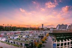 Coucher du soleil pourpre dramatique de rouge bleu au-dessus d'étudiant Dorm Rooves Landsca photographie stock